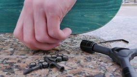 Klucze i rygle dla deskorolka kłamają na kamiennym wypuscie zbiory