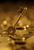 Klucze na kopiastym złociste monety Fotografia Royalty Free