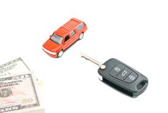 Klucze, pieniądze i czerwień samochód na bielu, Zdjęcie Royalty Free
