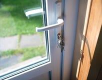 Klucze W drzwi zdjęcia stock