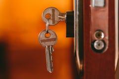 Klucze w drzwiowym kędziorku Przedmiot fotografia obrazy stock