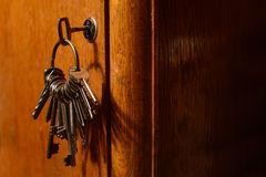 Klucze w kędziorku stary drzwi Zdjęcie Stock