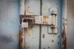Kluczowa szafka przy ośniedziałym stalowym drzwi Fotografia Stock