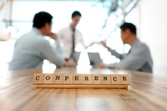 Kluczowe słowo konferencja na drewno stołu części biznesowy działanie obraz royalty free