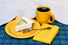 Kluczowego wapna kulebiak z kawą Fotografia Royalty Free