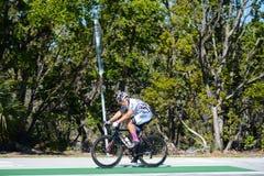 KLUCZOWY BISCAYNE, FL, usa - KWIECIEŃ 17, 2018: Mężczyzna jeździć na rowerze na dziewicie zdjęcia stock