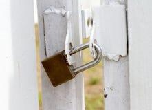 Kluczowy kędziorek przy bielu ogrodzeniem dla ochrony wartości Obrazy Royalty Free