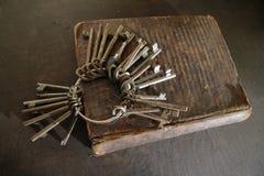Kluczowy pierścionek na starej książce Fotografia Stock