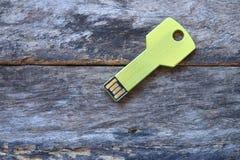 Kluczowy USB przechowywanie danych na drewnianym Zdjęcie Stock
