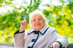 Kluge alte Frau fand eine gute Idee Stockfotos
