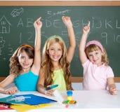 Kluge KindStudentengruppe am Schuleklassenzimmer Stockfoto