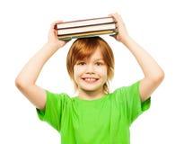 Kluger intelligenter Junge mit Stapel von Büchern Stockfoto