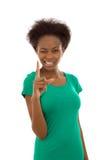 Kluges lokalisiertes afroes-amerikanisch Mädchen, das mit dem Forefing ernst schaut stockfotografie