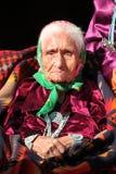 Kluges Navajo-Ältestes, das traditionelle Schmucksachen trägt Stockfoto