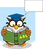 Kluges Owl Teacher Cartoon Mascot Character, das eine ABC-Buch-und -sprache-Blase liest Stockfotos
