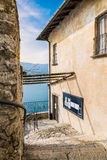 Kluis van Santa Caterina del Sasso, Eremo van XIII eeuw, op meer Maggiore, Italië Stock Fotografie