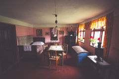 Kluki, Польш-сентябрь 16,2015: Комната в старом доме в деревне в людях Стоковое Фото