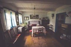 Kluki, Польш-сентябрь 16,2015: Комната в старом доме в деревне в людях Стоковая Фотография