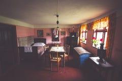Kluki, 16,2015 Polen-September: Zaal in oud dorpshuis in mensen Stock Foto