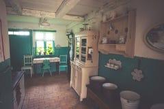 Kluki, 16,2015 Polen-September: Zaal in oud dorpshuis in mensen Royalty-vrije Stock Fotografie