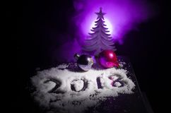 Klumpa ihop sig det nya 2018 året för bakgrund med nummer, gran, i snö Mörkerbakgrund för selektiv fokus Arkivbild