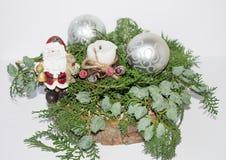 Klumpa ihop sig det vintergröna prydliga trädet för jul och en silver med Santa Claus Arkivfoton