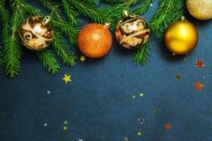 Klumpa ihop sig ferie för trädet för gran för begreppet för det lyckliga nya året för glad jul att dekorera Royaltyfri Bild