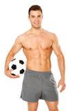 Klumpa ihop sig hållande fotboll för stilig man på vit royaltyfri fotografi