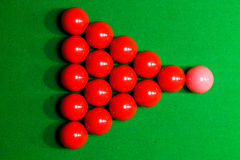 Klumpa ihop sig röda rosa färger för snooker på en billiardtabell överst Fotografering för Bildbyråer