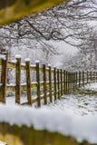 Klumpa sig av snö överst av staketet Royaltyfri Fotografi