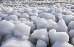 Klumpa sig av snö, och isfrazil på yttersidan av frysa rive arkivfoton