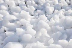 Klumpa sig av snö, och isfrazil på yttersidan av frysa rive royaltyfri foto