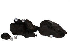 Klumpen der Kohle und der Diamanten auf Weiß Stockbild