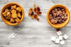 Klumpen des Zuckers für Bonbons auf grauem Küchentischhintergrund übersteigen v stockbild