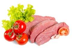 Klumpen frisches Rindfleisch, Kopfsalat und Tomaten lokalisiert auf weißem Hintergrund Lizenzfreies Stockbild