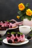 Klumpenkuchen, ohne mit Brombeeren zu backen, ist auf einem dunklen Hintergrund stockfoto