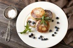 Klumpenpfannkuchen mit frischen Beeren Lizenzfreie Stockfotos