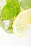 Klumpensoda mit Zitrone und Minze Stockfotos