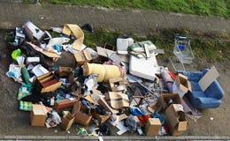 Klumpig avfalls på curbsiden Royaltyfri Bild