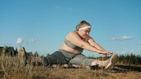 Klumpiga görande fett-bränning för sjukligt fet flicka övningar utomhus stock video