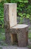 Klumpiger hässlicher Stuhl gemacht vom ganzen Baumstamm Lizenzfreies Stockbild