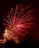 Klunga av färgrika fyrverkerier - självständighetsdagen Arkivfoton