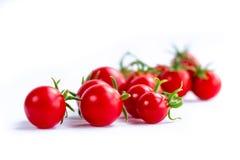 Klunga av körsbärsröda tomater på vit bakgrund Royaltyfri Fotografi