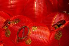 Klunga av röda och guld- kinesiska lyktor arkivfoto