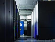 Klunga för server för kommunikationer för serverrumnätverk i ett serverrum royaltyfri foto