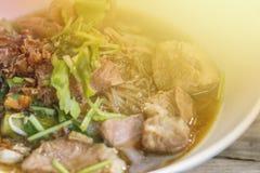 Kluski na białym talerzu tajskie jedzenie obraz royalty free