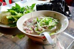 Kluski polewki Vietnam stylu wietnamczyk dzwonił Pho na stole wewnątrz zdjęcia stock