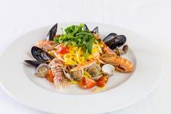 Kluski z mussels i garnelą na białym naczynia tle Fotografia Stock