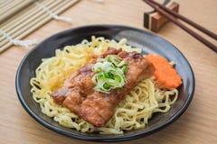 Kluski z piec na grillu teriyaki kurczakiem na talerzu Obrazy Stock