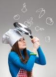Klutz en la cocina. Retrato femenino divertido foto de archivo libre de regalías